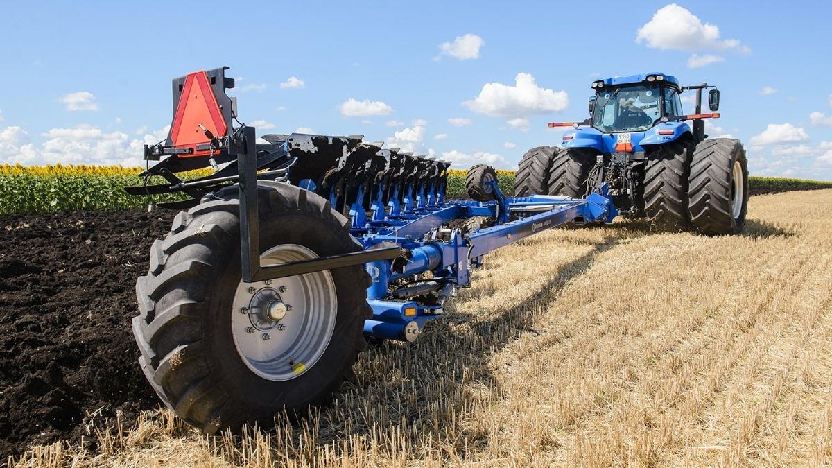 Фронтальные опорные колеса позволяют использовать трактор без системы позиционного и силового регулирования навески