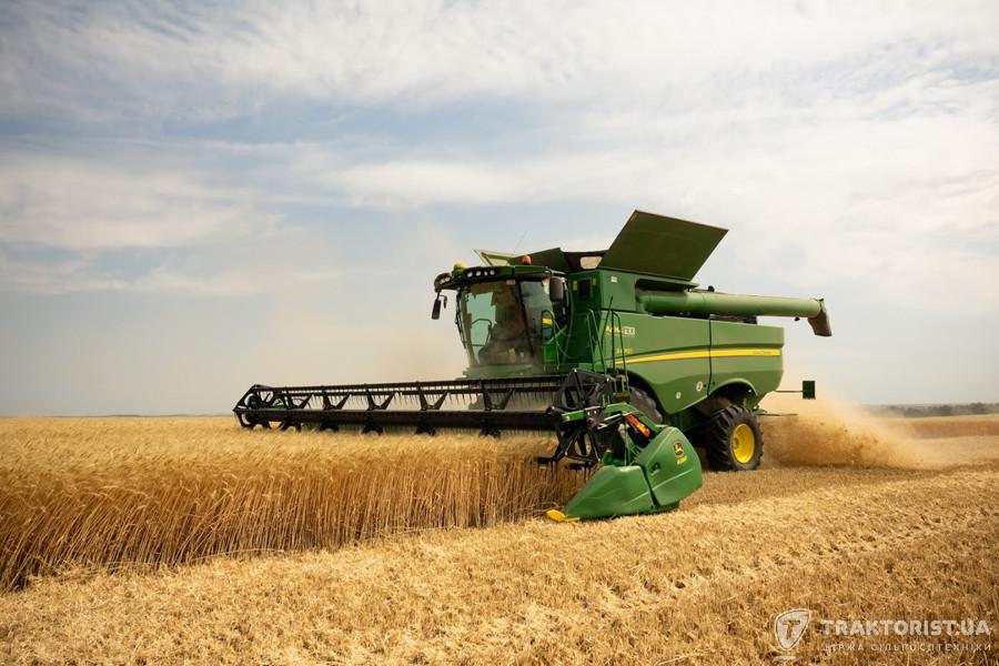 Збирання пшениці комбайном John Deere S670i