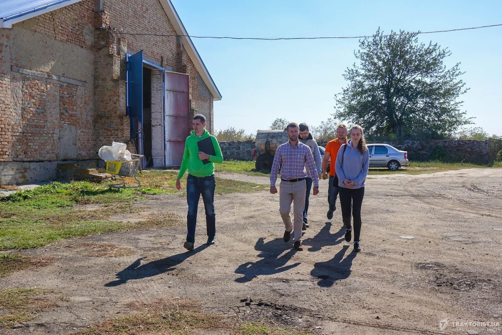 Микола БАйбарак проводить екскурсію базою підприємства