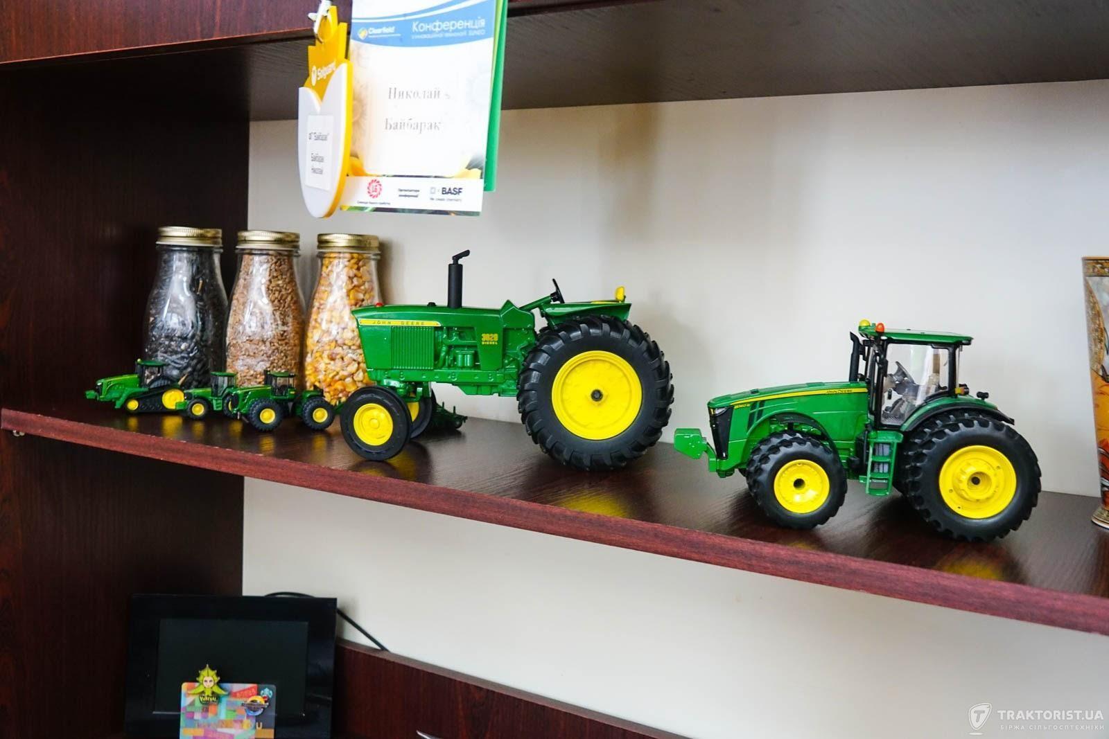 Модельки John Deere в кабінеті Миколи Байбарака