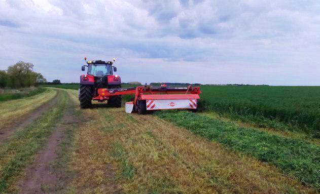 Трактор Massey Ferguson 8737 разом з 3,5-метровою косаркою Kuhn