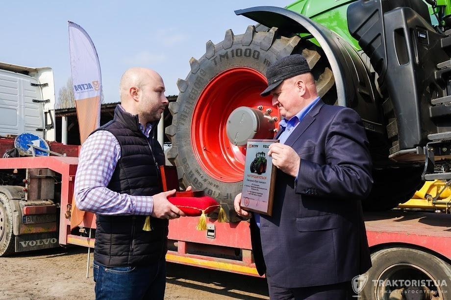 Менеджер з розвитку бізнесу корпорації AGCO Олексій Копилов (ліворуч) вручає ключі від трактора Fendt 1050 Vario Юрію Павлушко, керівнику ПП «Соснова»