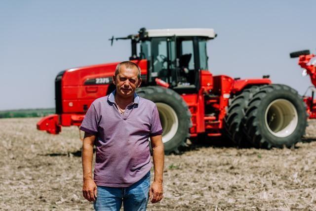 Тракторист Юрій Белих біля трактора Versatile 2375