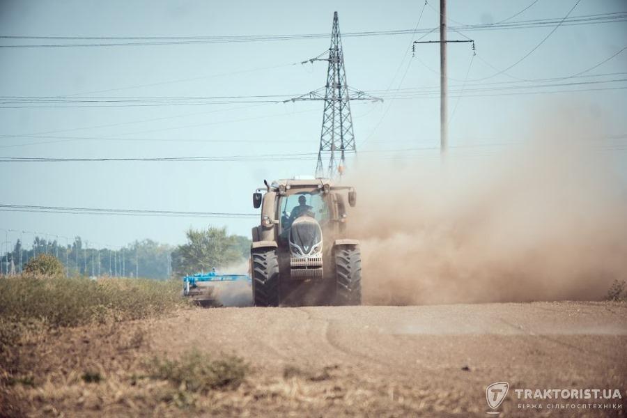 Трактор Valtra в полі