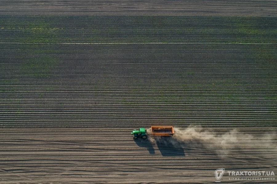 Трактор John Deere в полі