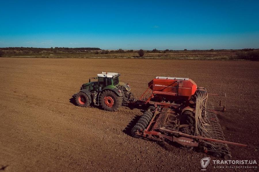 Трактор Fendt під час посівної